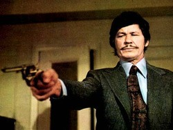 "Philip St. Yves diventa Raymond St Ives nel film ""Candidato all'obitorio"", interpretato da Charles Bronson"