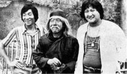 """Una delle ultime foto di Yuen Siu-tien, al centro fra il figlio Yuen Woo-ping (a sinistra) e Sammo Hung (a destra), sul set del film """"The Magnificent Butcher"""""""